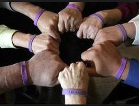 Фиолетовый браслет на руке